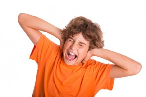 Junger Mann leidet unter Lärm